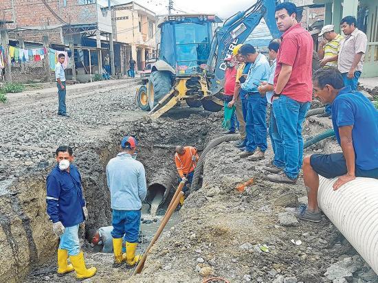 Arreglan tramo de  tubería en calle que será asfaltada