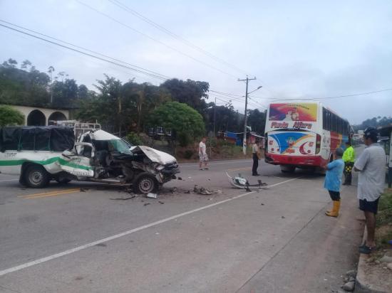 Dos mujeres resultan heridas tras choque de una camioneta y un bus en El Carmen