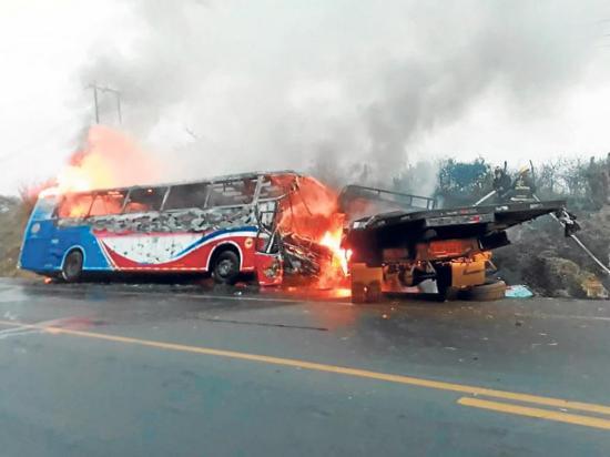 Cinco heridos en choque e incendio de bus y camión