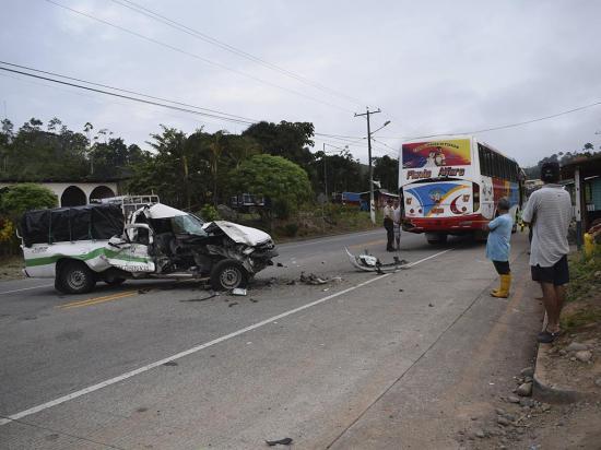 Camioneta destrozada en choque