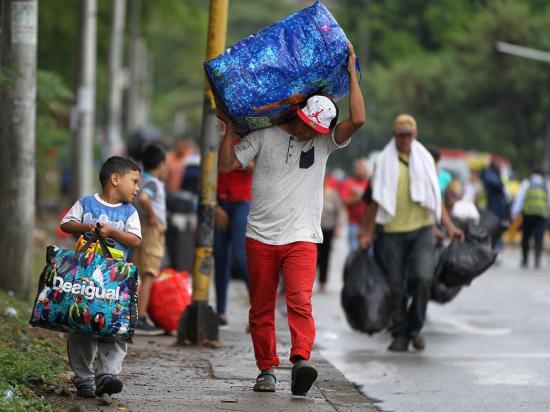 Un parterre sirve de 'casa' a venezolanos