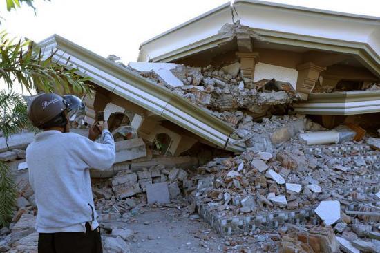 Se elevan a 91 los muertos por el terremoto en Indonesia