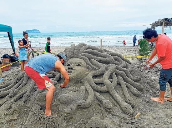 Esculturas en la playa son un imán para los turistas