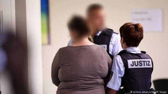 Más de 12 años de prisión para alemana por prostituir a su hijo en internet