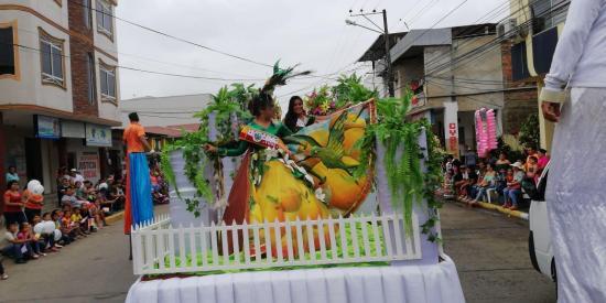 Culminan festividades por los 283 años de fundación de Chone con colorido desfile