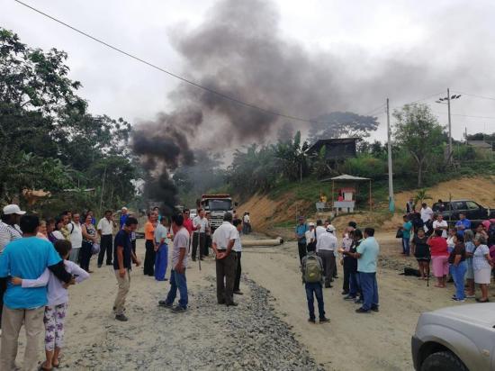 Cierran tramo de la vía Jipijapa - Noboa para exigir avance de obra
