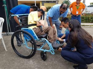 Reciben sillas de ruedas