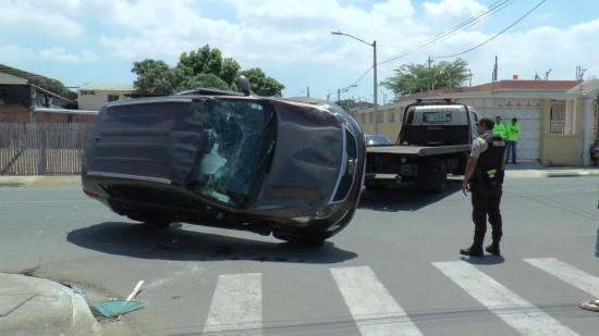 Un choque frontal entre dos vehículos deja dos heridos en Portoviejo