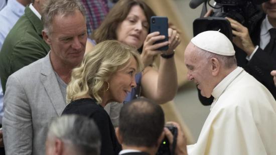 El papa Francisco saludó a Sting y a su mujer Trudie Styler en el Vaticano