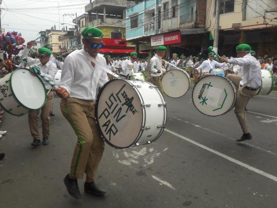 Desfile lleno de alegría y color