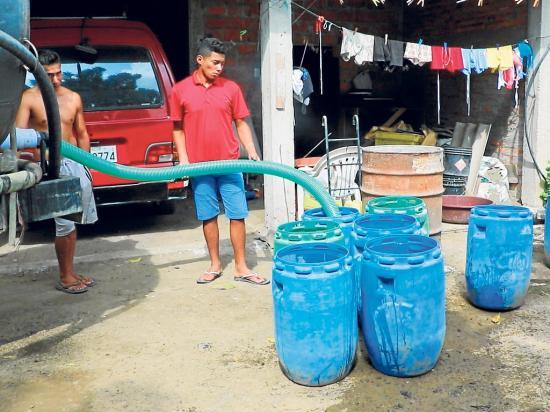 Las zonas altas reciben el agua en tanqueros