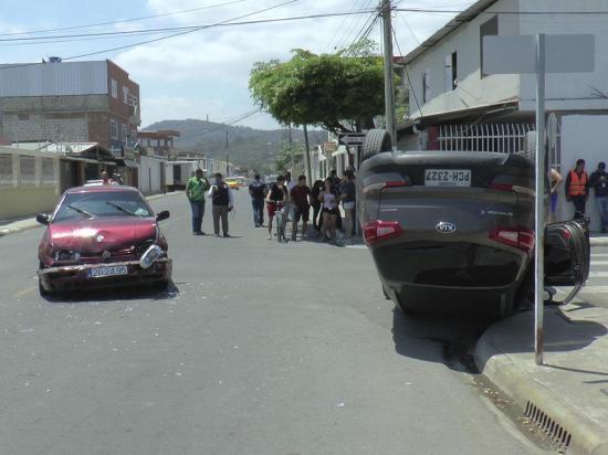 Choque de vehículos deja  dos personas heridas