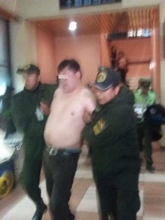 Diputado boliviano ebrio que se desnudó en un aeropuerto desata la polémica