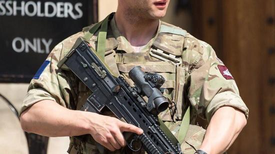 Capitán desnudo  del ejército destruye pared para 'escapar'