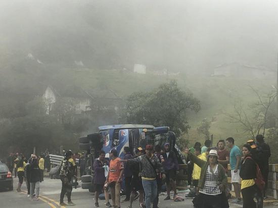 Doce hinchas barcelonistas fallecen tras accidente de tránsito en la vía Cuenca - Molleturo
