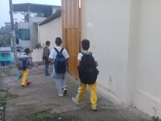 Maestros aseguran que paredes de institución se usan como urinarios