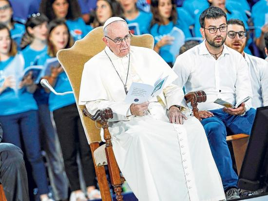 Papa pide a los jóvenes poner el buen ejemplo