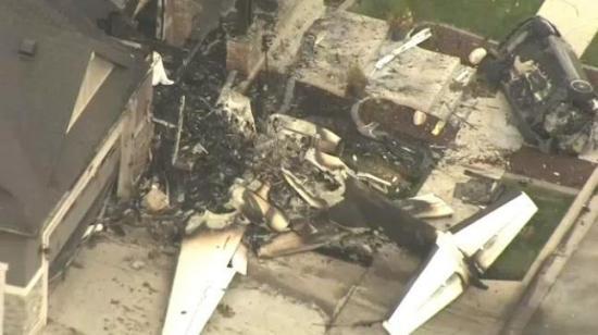 Un hombre roba una avioneta para estrellarla contra su casa donde estaban su mujer e hijo