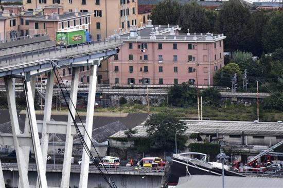 Treinta personas han fallecido tras el derrumbe de un puente en Génova, Italia