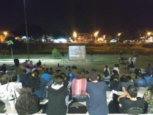 Disfrutan del cine al aire libre, junto al río