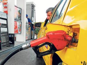 Gobierno sube el precio de la gasolina 'súper' a $2,98; entre otras medidas económicas