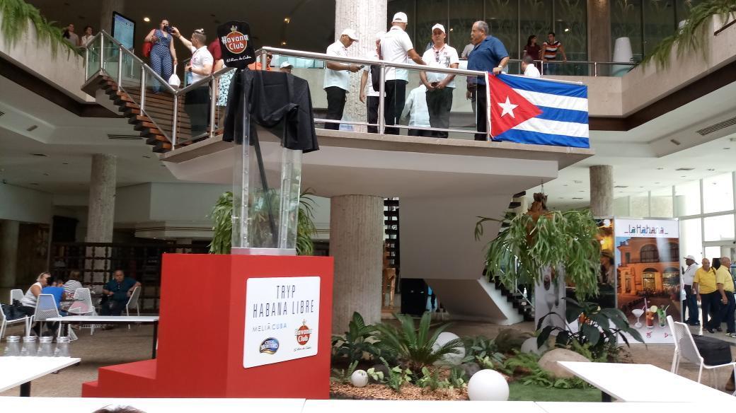 Cantineros elaboran en Cuba el cóctel ''Cuba Libre'' más grande del mundo