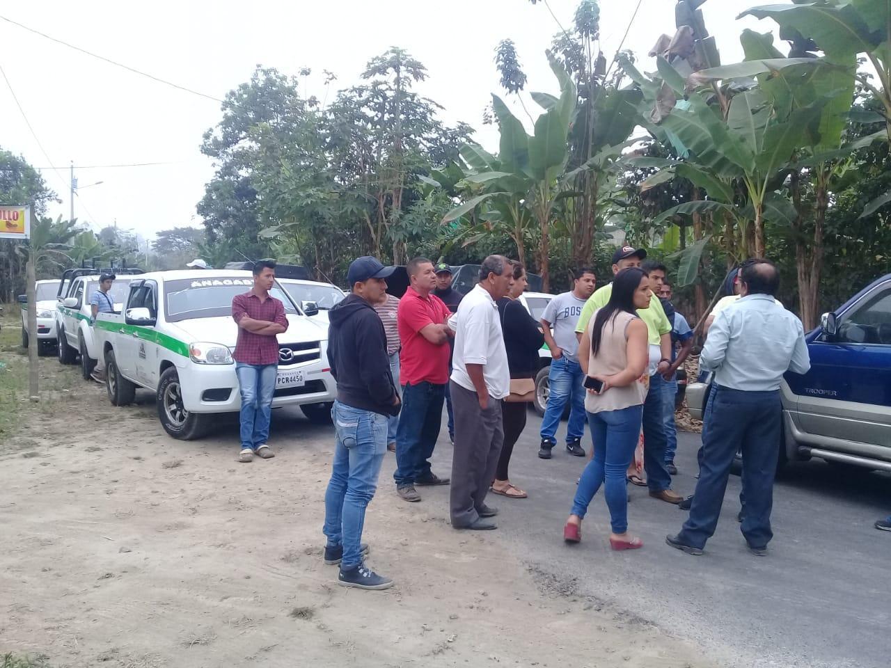 Transportistas cierran vía hacia la parroquia San Pedro de Suma en El Carmen