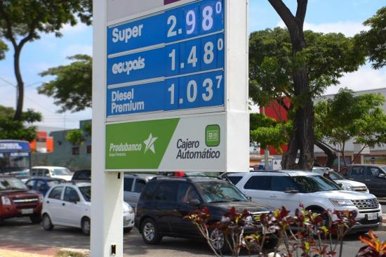 Encuesta dice que 73,8% de ecuatorianos rechaza subida de la gasolina 'súper'