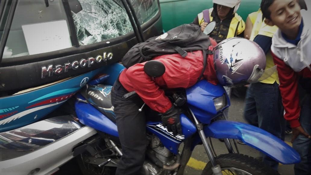 Bus impactó a motociclista