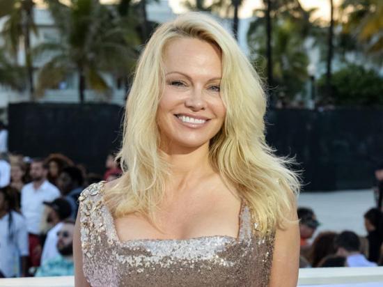 Pamela Anderson deja a su novio para que sea feliz con sus hijos