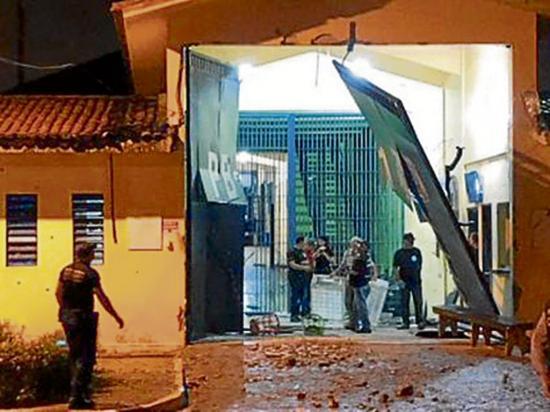 Explotan muro de una cárcel para apoyar una fuga de reos