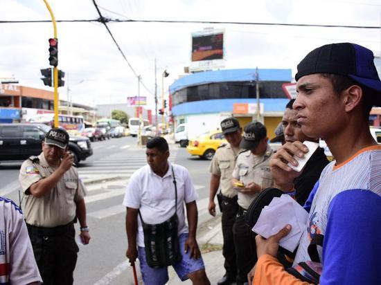 Les piden papeles a venezolanos