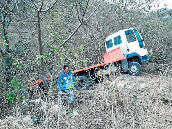 Un camión plataforma rueda por un barranco
