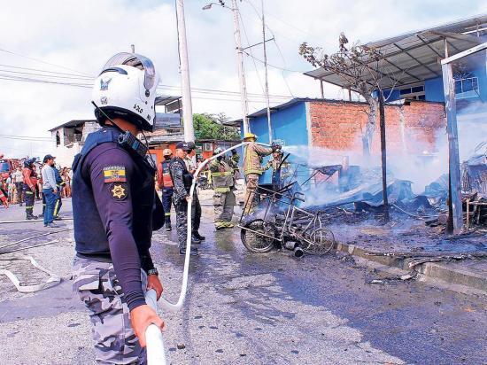 Fuego destruye 4 casas y 1 carro
