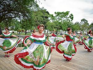 Grupo de danza de adultos mayores bailaron en Nueva York