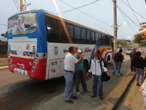 Tres sujetos asaltan un bus de pasajeros en Chone