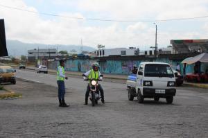 Agentes civiles regulan el tránsito