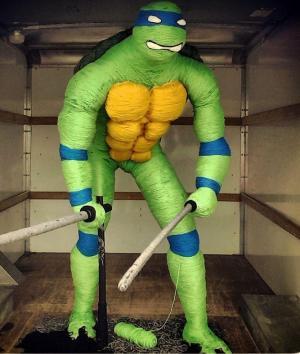 Una tortuga ninja de dos metros y hecha de lana sorprende en Dubái