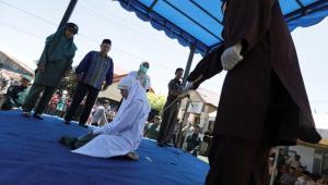Pareja indonesia recibe 24 azotes por verse a solas sin estar casados