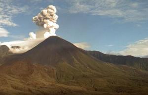 El volcán  Reventador expulsa gases y ceniza a 900 metros del cráter