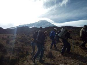 Localizan a tres ciudadanos extraviados en el volcán Antizana