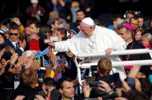 El papa admite la indignación de jóvenes por los abusos desde la atea Estonia