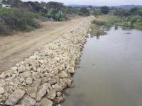 Colocan piedras  escolleras en un tramo de río de Puerto Cayo
