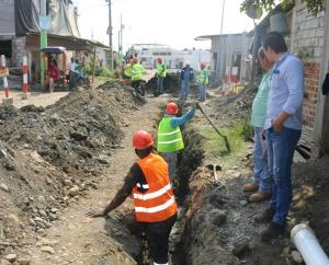 Se instalan tuberías para agua potable