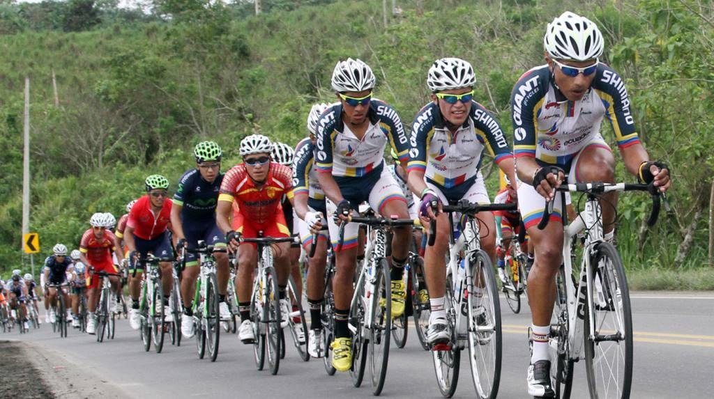Unos 120 ciclistas de cuatro países participan en la Vuelta al Ecuador