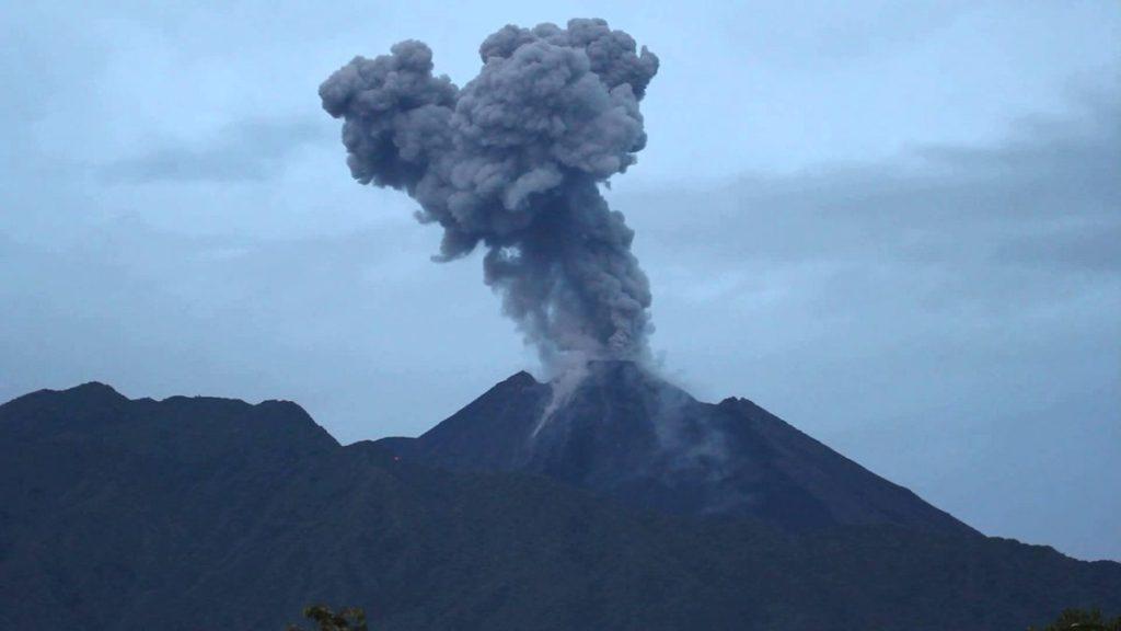 Volcán Reventador emanó columna de vapor y ceniza de mil metros