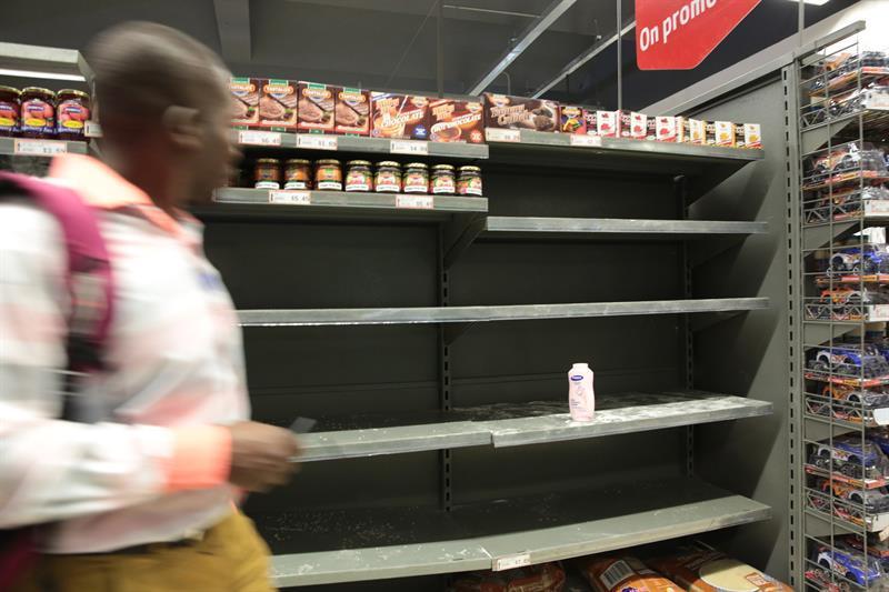 Zimbabuenses acopian productos básicos por pánico a una crisis económica