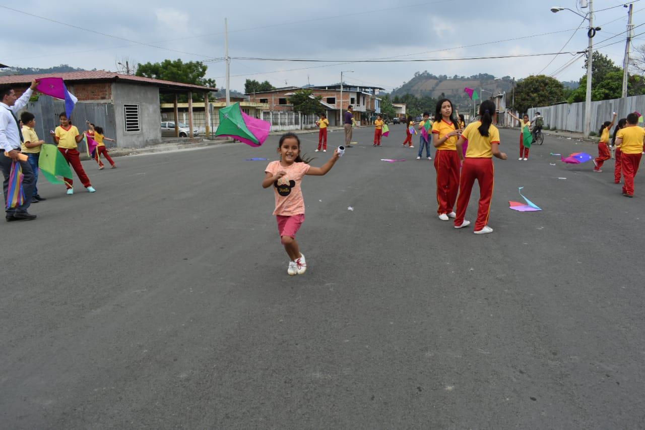 Elevan cometas para celebrar a las niñas en Bolívar