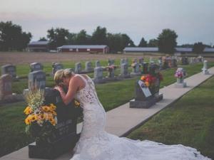 Visita la tumba de su novio el día que debían casarse