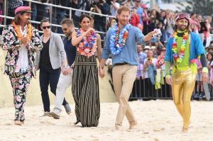 El príncipe Enrique y Meghan descalzos en playa de Sídney por la salud mental